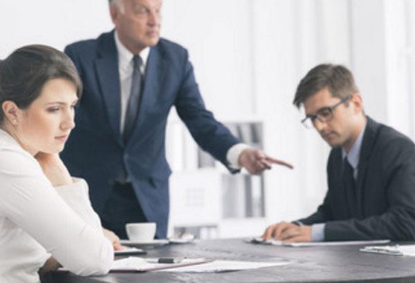 Начальник критикует сотрудников