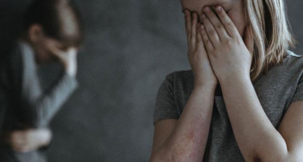 Женщина и мальчик прячут свои лица руками