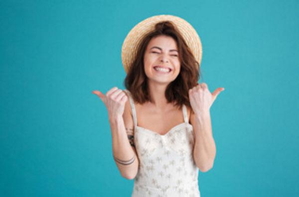 Счастливая девушка в шляпке улыбается