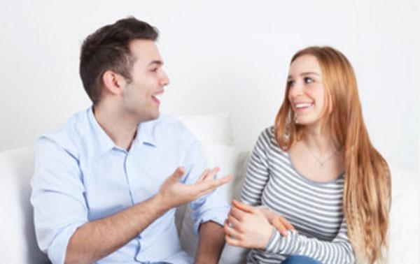 Общаются парень с девушкой