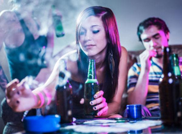 Сборище молодежи, которая употребляет алкоголь и курит