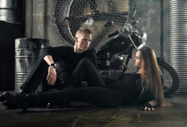 Парень с девушкой на полу в гараже. Он строго на нее смотрит