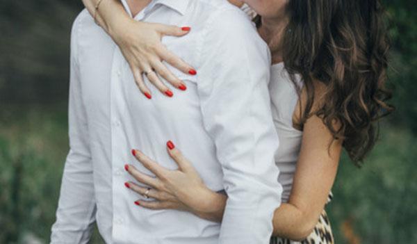 Женщина сзади обнимает мужа