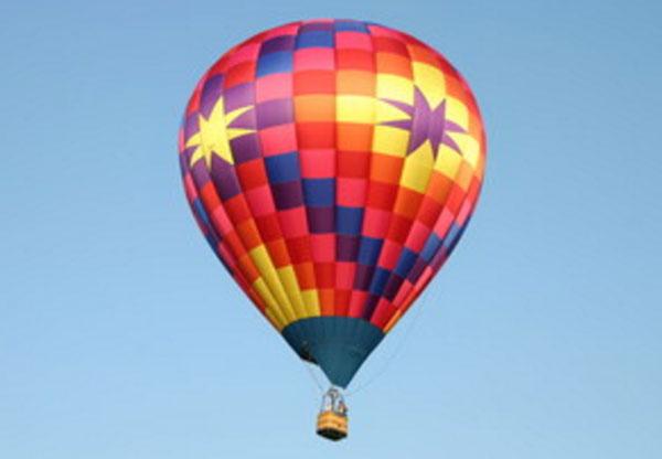 Воздушный шар летит по небу