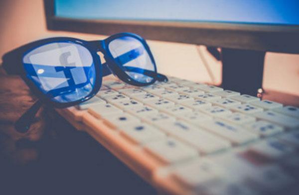 Клавиатура, монитор. На клавиатуре лежат очки