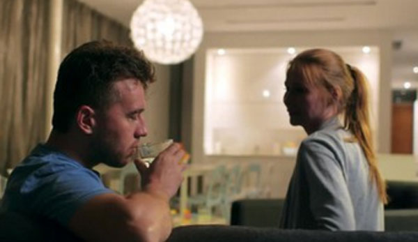 Мужчина пьет спиртное, а женщина на него смотрит