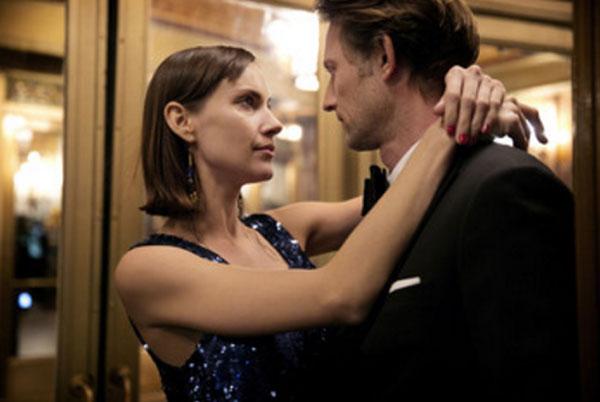 Женщина обнимает своего мужа, смотрит ему в глаза