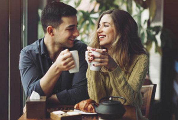 Парень с девушкой пьют чай. Они смотрят друг на друга