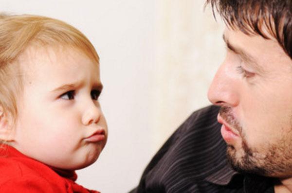 Мужчина и ребенок смотрят друг на друга с сомнениями