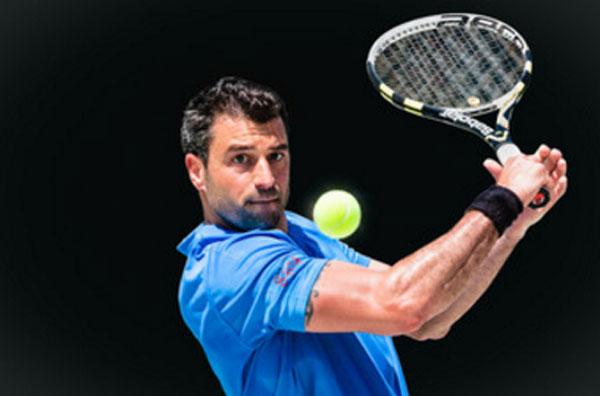 Мужчина с ракеткой для тенниса