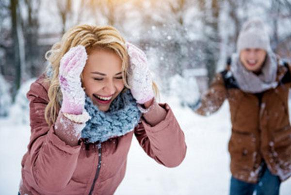 Парень с девушкой играют в снежки