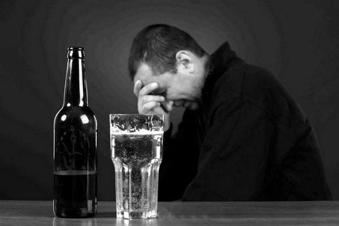 Врачи рекомендуют отказаться от употребления спиртного на время приёма препарата Клиндамицин