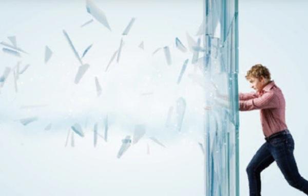 Мужчина идет напролом, разбивая стеклянную стену на своем пути