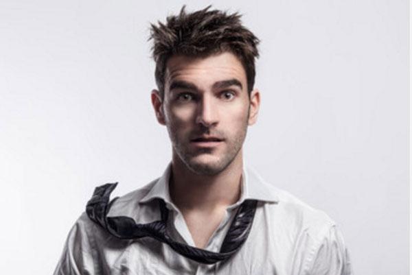 Растрепанный парень в грязной неглаженой рубашке