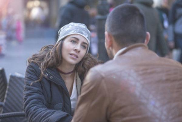 Общение женщины и мужчины за столиком на улице
