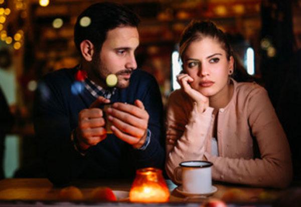 Муж смотрит на жену, а она смотрит в сторону с серьезным выражением лица