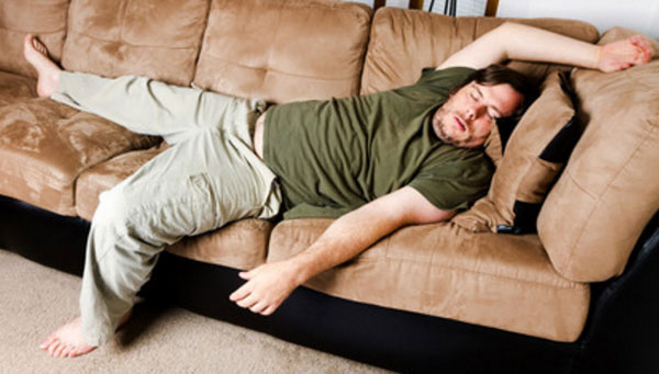 Мужчина развалился на диване