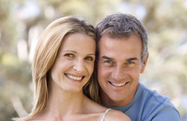 Счастливая пара средних лет
