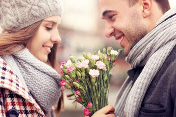 Мужчина дарит девушке букет цветов