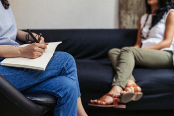 Общение женщины с психотерапевтом