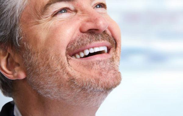Счастливый улыбающийся мужчина средних лет