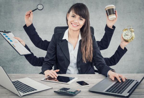 Девушка, которая имеет шесть рук, занимается многими заданиями по работе одновременно