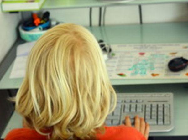 Мальчик сидит перед клавиатурой