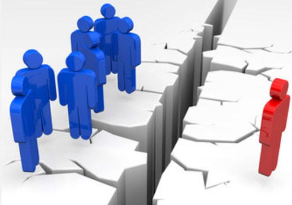 Схематическое изображение людей. С одной стороны стоят синие человечки, с другой стороны один красный. Их разделяет разлом