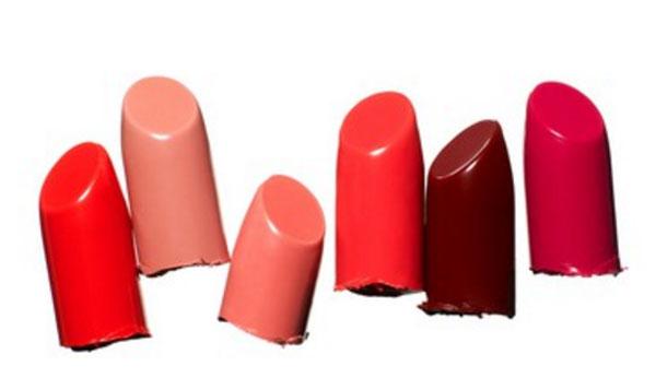 Кусочки помад, демонстрирующие разные оттенки красного цвета