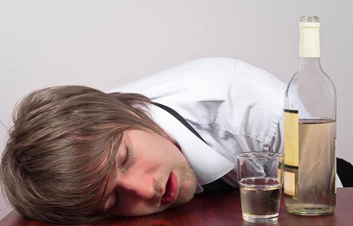 Совмещение Метформина с алкоголем может привести к развитию тяжёлых побочных реакций