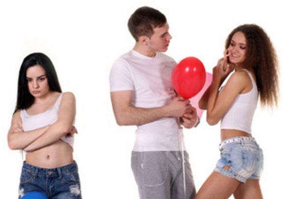 Парень флиртует с другой девушкой на глазах у своей