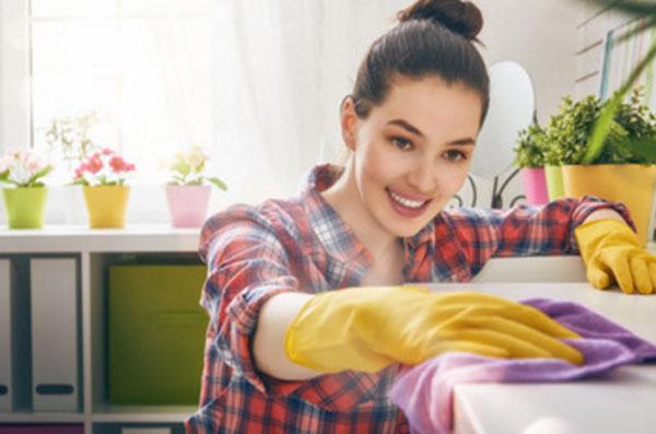 Женщина проводит уборку. У нее все блистит