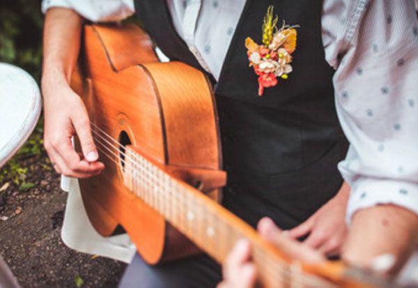 Нарядный парень играет на гитаре