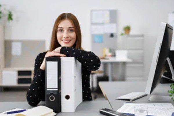 Улыбающаяся девушка на рабочем месте
