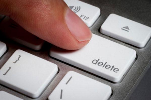 Палец нажимает на кнопку Delete