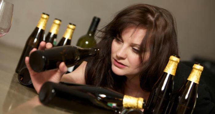 Характерные признаки алкоголизма проявляются с изменением физического состояния и поведения дочери