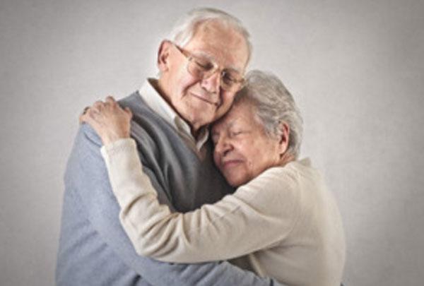 Объятья влюбленной пожилой пары
