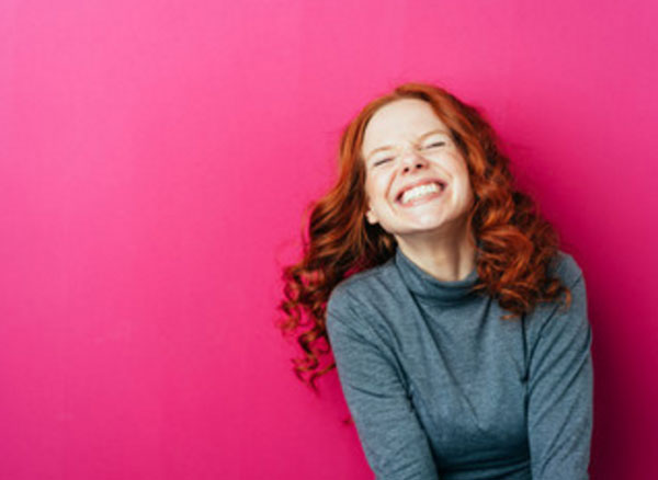 Счастливая девушка, которая смеется