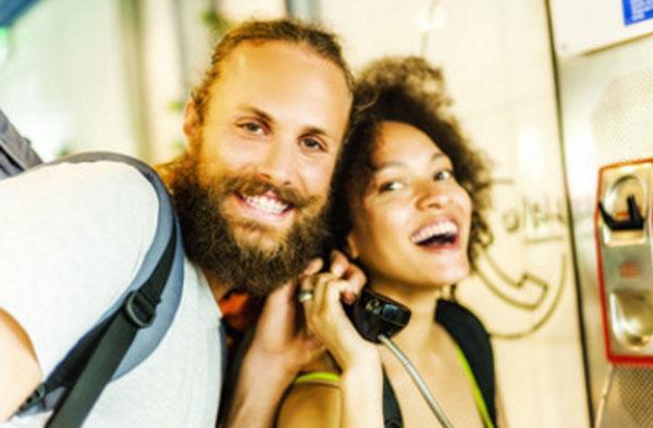 Харизматичная пара возле телефонной будки