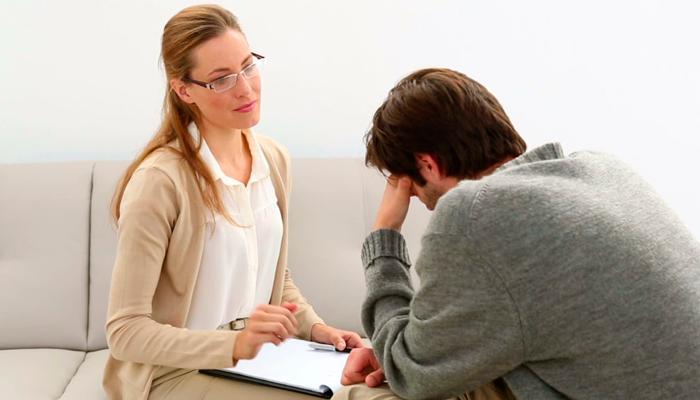 Сеанс алкозависимого с психотерапевтом