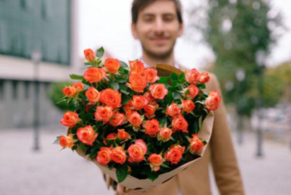 Парень с букетом шикарных роз
