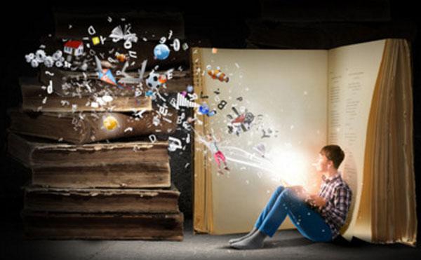 Парень сидит возле открытой огромной книги. У него в руках светящаяся книга, с которой вылетают разные предметы