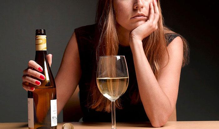 Стрессовые ситуации и проблемы в жизни становятся причиной обращения к алкоголю