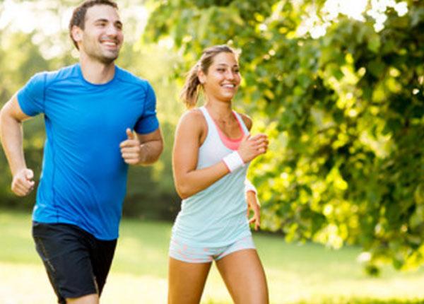 Мужчина и женщина бегут по улице