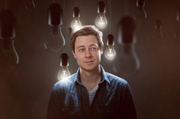 Мужчина в окружении лампочек. Некоторые зажжены