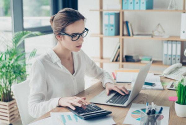 Педантичная девушка сидит за рабочим столом
