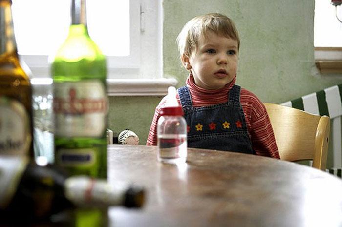 Дети могут брать пример с пьющих родителей и в будущем начать злоупотреблять спиртным