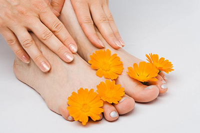 Цветы календулы на ногах