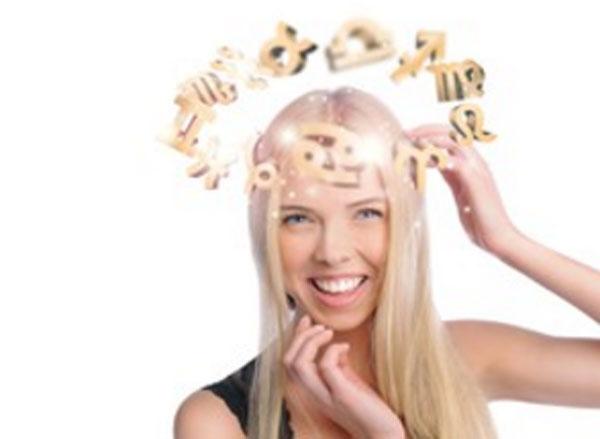 Девушка, над головой которой кружатся разные знаки зодиака