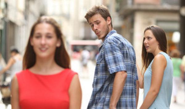 Парень идет с девушкой за руку, а сам оборачивается на проходящую мимо девушку